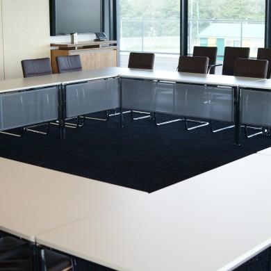 KPMG Den Haag vergaderkamer Wilkhahn tafels en Thonet stoelen