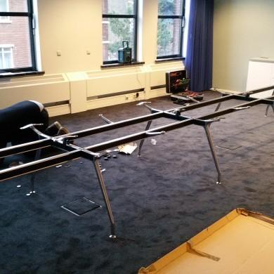 Pink+Nelson boardroomtafel in opbouw